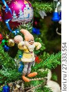 Купить «Старинный ватный гномик с мешком на ветвях новогодней ёлки», фото № 27333554, снято 1 января 2016 г. (c) Алёшина Оксана / Фотобанк Лори