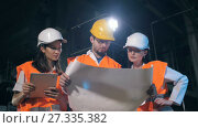 Купить «Engineers with drawings», видеоролик № 27335382, снято 11 июля 2017 г. (c) Илья Шаматура / Фотобанк Лори