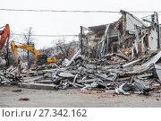 Купить «Снос с помощью экскаваторов незаконных построек в Москве», фото № 27342162, снято 9 февраля 2016 г. (c) Алёшина Оксана / Фотобанк Лори
