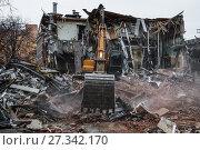 Купить «Снос незаконной постройки в Москве с помощью экскаватора», фото № 27342170, снято 9 февраля 2016 г. (c) Алёшина Оксана / Фотобанк Лори