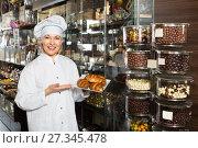 Купить «saleswoman posing with ganaches», фото № 27345478, снято 31 марта 2020 г. (c) Яков Филимонов / Фотобанк Лори
