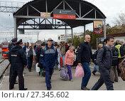 Люди идут с пригородного электропоезда (2015 год). Редакционное фото, фотограф Free Wind / Фотобанк Лори