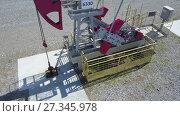Купить «Работающий нефтяной станок качалка», видеоролик № 27345978, снято 13 июня 2017 г. (c) Алексей Кокорин / Фотобанк Лори