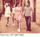 Купить «Couple walking and looking around», фото № 27347062, снято 20 октября 2018 г. (c) Яков Филимонов / Фотобанк Лори