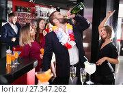 Купить «Man drinking too much on Hawaiian party», фото № 27347262, снято 29 ноября 2017 г. (c) Яков Филимонов / Фотобанк Лори