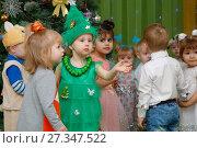 Купить «Дети в новогодних костюмах в детском саду», фото № 27347522, снято 25 декабря 2017 г. (c) Иван Карпов / Фотобанк Лори