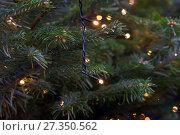 Купить «Гирлянда на елке», фото № 27350562, снято 2 января 2018 г. (c) Владимир Макеев / Фотобанк Лори
