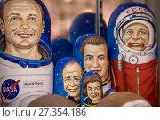 Купить «Портреты известных космонавтов сделаны в виде русских матрешек, лежат на прилавке сувенирного магазина, Россия», фото № 27354186, снято 2 января 2018 г. (c) Николай Винокуров / Фотобанк Лори