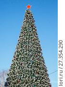 Купить «Искусственная новогодняя ёлка на улице», фото № 27354290, снято 5 января 2018 г. (c) Иван Карпов / Фотобанк Лори