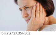 Купить «Portrait of young woman with toothache», видеоролик № 27354302, снято 5 января 2018 г. (c) Илья Шаматура / Фотобанк Лори