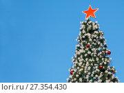 Купить «Макушка искусственной новогодней ёлки на фоне неба», фото № 27354430, снято 5 января 2018 г. (c) Иван Карпов / Фотобанк Лори