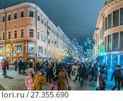 Купить «Улица Кузнецкий мост в новогодние дни», эксклюзивное фото № 27355690, снято 2 января 2018 г. (c) Виктор Тараканов / Фотобанк Лори