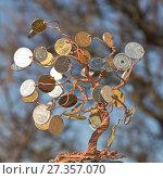 Денежное дерево, сделанное из медной проволоки и монет. Стоковое фото, фотограф Олег Хархан / Фотобанк Лори