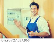 Купить «Electrician fixing problems of automatic electric meter», фото № 27357966, снято 18 января 2018 г. (c) Яков Филимонов / Фотобанк Лори