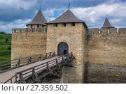 Купить «Bridge and entry gate of Fortress in Khotyn city, located in Chernivtsi Oblast of western Ukraine.», фото № 27359502, снято 13 июня 2017 г. (c) easy Fotostock / Фотобанк Лори