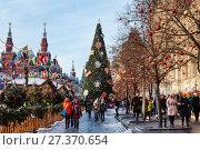 Купить «Новогодняя Москва, туристы на Красной площади возле ГУМа. Россия», фото № 27370654, снято 9 января 2018 г. (c) Наталья Волкова / Фотобанк Лори
