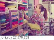 Купить «Woman choosing towels», фото № 27370758, снято 16 августа 2018 г. (c) Яков Филимонов / Фотобанк Лори