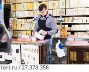 Seller checking boxes with door details. Стоковое фото, фотограф Яков Филимонов / Фотобанк Лори