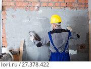 Купить «Male is plastering the wall», фото № 27378422, снято 3 июня 2017 г. (c) Яков Филимонов / Фотобанк Лори