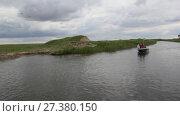 Моторная лодка плывет по каналу.  Пасмурно (2017 год). Редакционное видео, видеограф Олег Хархан / Фотобанк Лори