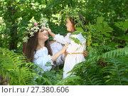 Девушка с девочкой в лесу в зарослях папоротника. Стоковое фото, фотограф Марина Володько / Фотобанк Лори