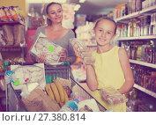 Купить «Mom and the girl show their favorite foods in the supermarket», фото № 27380814, снято 5 июня 2017 г. (c) Яков Филимонов / Фотобанк Лори