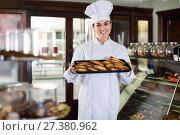 Купить «Woman baker showing warm tasty croissants», фото № 27380962, снято 24 января 2017 г. (c) Яков Филимонов / Фотобанк Лори