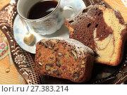 Купить «Аппетитные кексы с орехами и шоколадом крупным планом и чашка кофе», фото № 27383214, снято 12 января 2018 г. (c) Яна Королёва / Фотобанк Лори