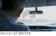 Купить «Couple interacting in car 4k», видеоролик № 27383514, снято 4 апреля 2020 г. (c) Wavebreak Media / Фотобанк Лори