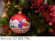 Новогодний шарик висит на ёлке. Стоковое фото, фотограф Игорь Низов / Фотобанк Лори
