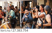 Купить «BESALU, SPAIN - SEPTEMBER 02, 2017: Medieval ensemble playing on traditional instruments on Medieval Fiesta», видеоролик № 27383754, снято 2 сентября 2017 г. (c) Яков Филимонов / Фотобанк Лори