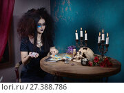 Купить «Evil witch conjures with tarot cards», фото № 27388786, снято 27 октября 2017 г. (c) Дмитрий Черевко / Фотобанк Лори