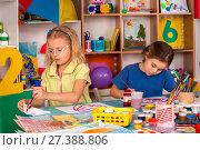 Купить «Small students children painting in art school class.», фото № 27388806, снято 25 марта 2017 г. (c) Gennadiy Poznyakov / Фотобанк Лори