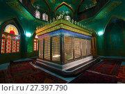 Купить «Гробница прямого потомка рода  Мухаммеда - Укеймы-ханум в шиитской мечети Биби-Эйбат. Баку, Азербайджан», фото № 27397790, снято 4 января 2018 г. (c) Виктор Карасев / Фотобанк Лори