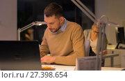 Купить «office workers with laptop working at night», видеоролик № 27398654, снято 14 декабря 2017 г. (c) Syda Productions / Фотобанк Лори