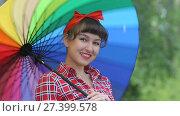 Купить «Красивая девушка с цветным зонтом», видеоролик № 27399578, снято 23 июня 2017 г. (c) Алексей Кокорин / Фотобанк Лори