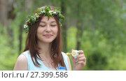 Купить «Красивая девушка надувает мыльные пузыри», видеоролик № 27399586, снято 23 июня 2017 г. (c) Алексей Кокорин / Фотобанк Лори