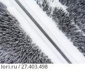 Купить «Прямой участок зимней лесной трассы, вид сверху», фото № 27403498, снято 10 января 2018 г. (c) Кекяляйнен Андрей / Фотобанк Лори