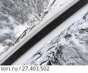Купить «Зимняя трасса среди скал, вид сверху на асфальтовую дорогу», фото № 27403502, снято 10 января 2018 г. (c) Кекяляйнен Андрей / Фотобанк Лори