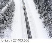 Купить «Грузовой автомобиль на зимней лесной трассе, вид сверху», фото № 27403506, снято 10 января 2018 г. (c) Кекяляйнен Андрей / Фотобанк Лори