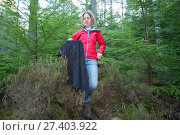 Becky Priestley, Wildlife Officer with Trees for Life, with Red squirrel (Sciurus vulgaris) caught in cage trap as part of reintroduction to the north west Highlands, Moray, Scotland, UK. Редакционное фото, фотограф SCOTLAND: The Big Picture / Nature Picture Library / Фотобанк Лори