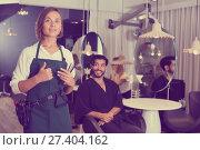 Купить «positive woman hairdresser thumbs up», фото № 27404162, снято 20 июня 2018 г. (c) Яков Филимонов / Фотобанк Лори