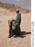 Бедуин в пустыне с верблюдом (2008 год). Стоковое фото, фотограф Скалдина Мария / Фотобанк Лори