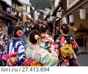 Купить «Group of teenage girls in bright Yukatas, summer kimonos, walking towards Kiyomizu-dera on Matsubara dori street in Kyoto. Higashiyama, Kyoto, Japan.», фото № 27413894, снято 19 ноября 2017 г. (c) age Fotostock / Фотобанк Лори