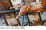 Купить «Whole bull carcass fried on spit on Medieval Fiesta in Besalu, Spain», видеоролик № 27422590, снято 27 сентября 2017 г. (c) Яков Филимонов / Фотобанк Лори