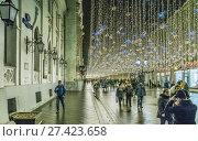 Купить «Москва новогодняя, украшенная Никольская улица», эксклюзивное фото № 27423658, снято 31 декабря 2017 г. (c) Виктор Тараканов / Фотобанк Лори