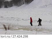 Купить «Люди переходят реку по тонкому льду», фото № 27424298, снято 19 января 2017 г. (c) Илья Илмарин / Фотобанк Лори