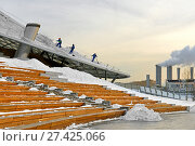 Купить «Zaryadye Nature-Landscape Park in winter. Team of male workers clean glass canopy from snow with shovels at sunset», фото № 27425066, снято 19 января 2018 г. (c) Валерия Попова / Фотобанк Лори