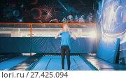 Купить «Young attractive athletic girl jumping on a trampoline, performing acrobatics, stretching, splits the air in the sports centre», видеоролик № 27425094, снято 27 мая 2020 г. (c) Константин Шишкин / Фотобанк Лори