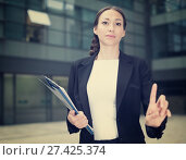 Купить «Businesswoman is asking companion to wait», фото № 27425374, снято 26 июня 2017 г. (c) Яков Филимонов / Фотобанк Лори